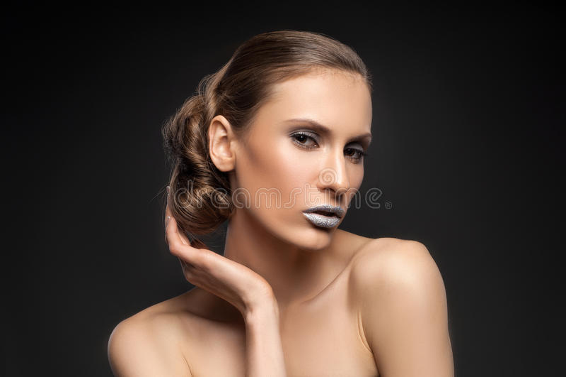 Взгляд высокой моды, портрет красоты крупного плана модели с ярким составом с совершенной чистой кожей с красочными голубыми губа стоковое фото rf