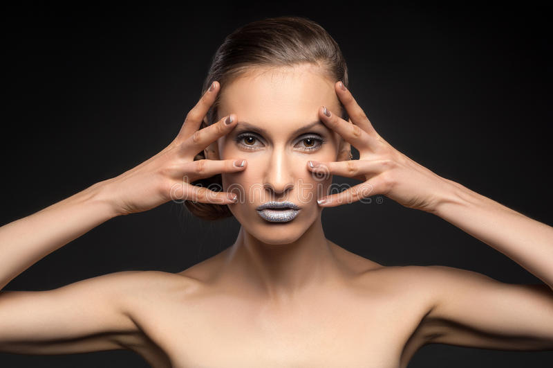 Взгляд высокой моды, портрет красоты крупного плана модели с ярким составом с совершенной чистой кожей с красочными голубыми губа стоковая фотография
