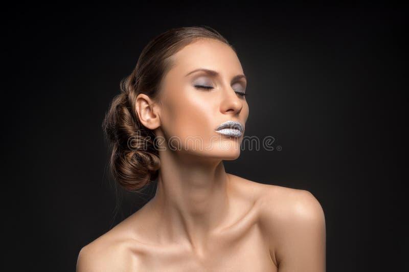Взгляд высокой моды, портрет красоты крупного плана с красочными голубыми губами стоковые фотографии rf