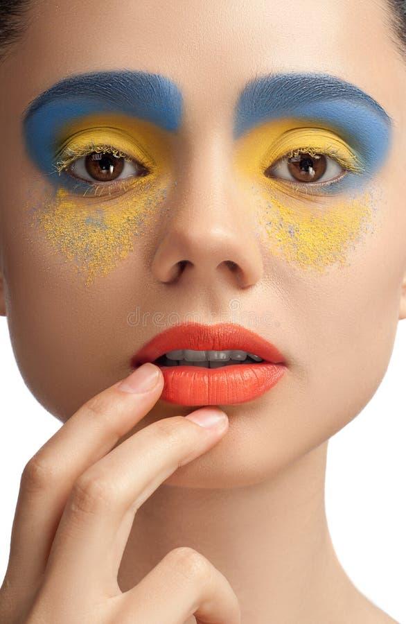 Взгляд высокой моды, портрет красоты крупного плана, яркий состав с совершенной чистой кожей с красочными красными губами и голуб стоковое изображение rf