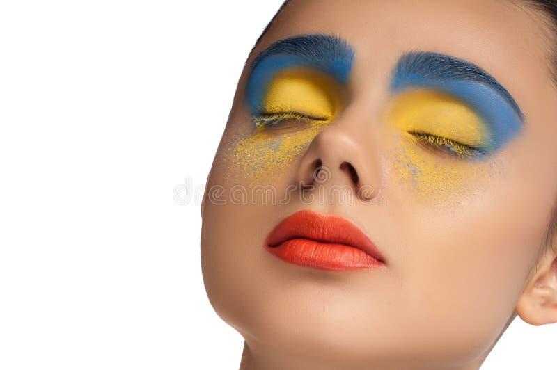 Взгляд высокой моды, портрет красоты крупного плана, яркий состав с совершенной чистой кожей с красочными красными губами и голуб стоковые изображения rf