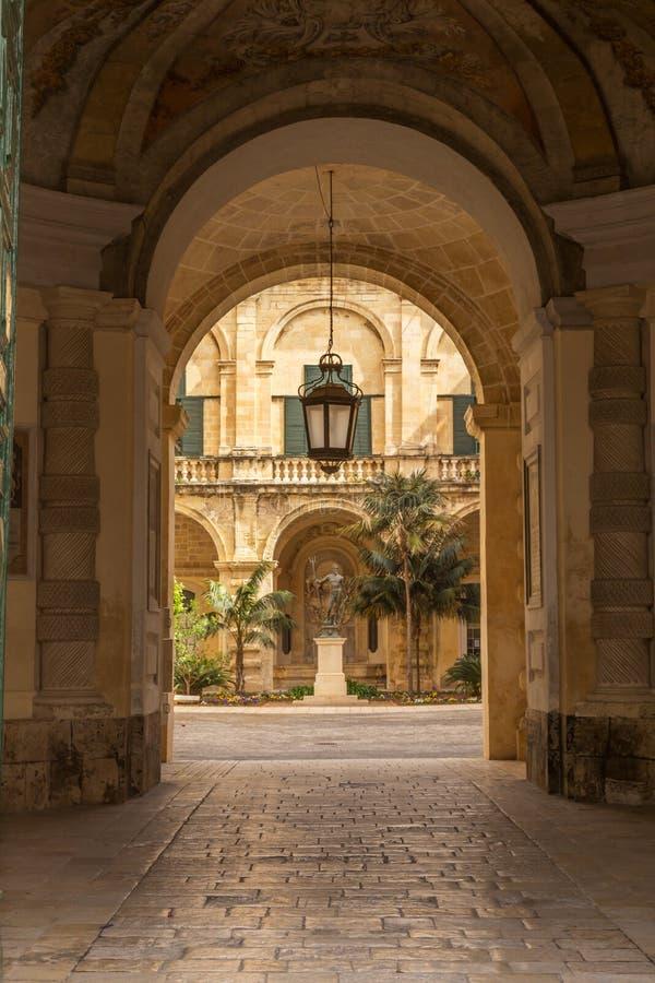 Взгляд в двор, Валлетта, Мальта стоковое фото