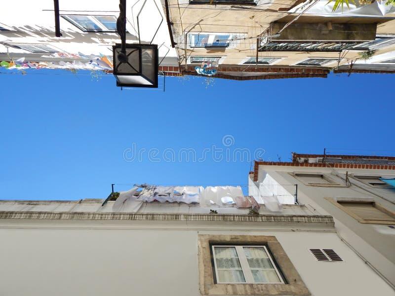 Взгляд в голубое небо в каньоне улицы стоковое фото rf