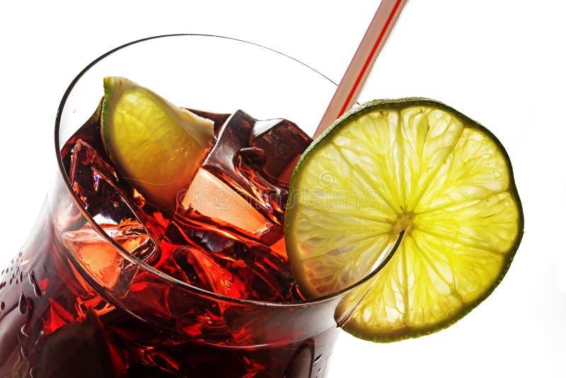 Взгляд в стекло коктеиля, красное смешанное питье от вишен, berri стоковое фото rf