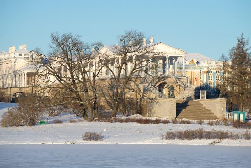 Взгляд галереи Камерона в дне в ноябре солнечном снежном Tsarskoye Selo, Санкт-Петербург стоковое изображение rf