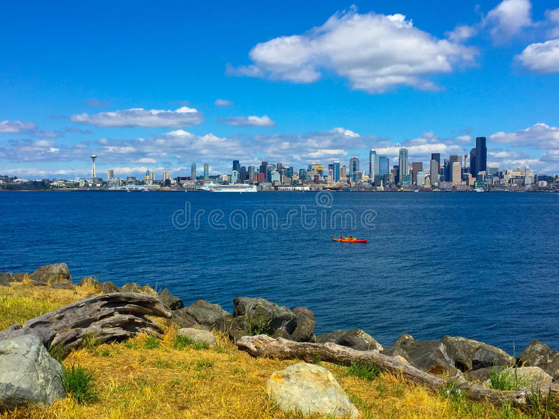 Взгляд горизонта города от западного Сиэтл стоковое фото rf
