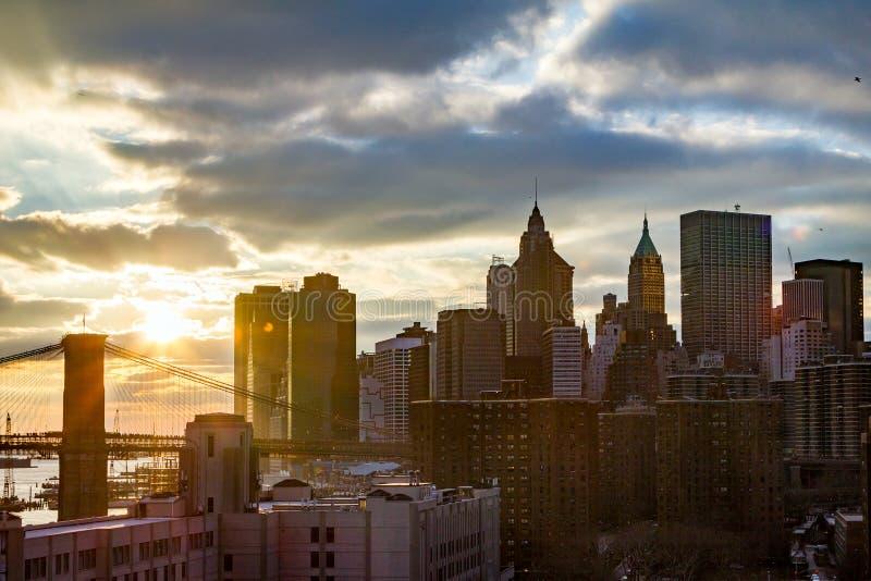 Взгляд горизонта Нью-Йорка красочный на заходе солнца в более низком Манхаттане стоковые изображения rf