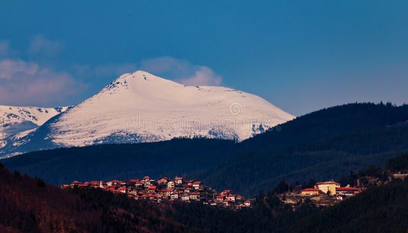 Взгляд города в горах стоковые фотографии rf