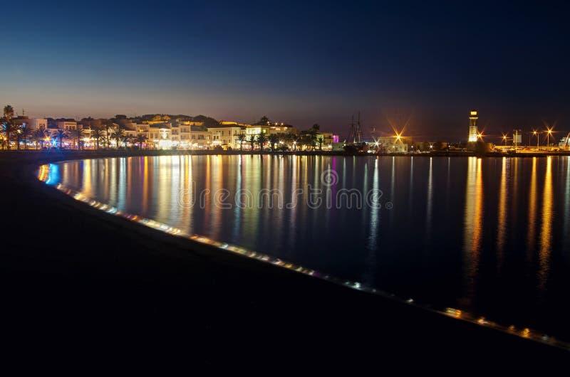 Взгляд города и пляжа ночи стоковое изображение