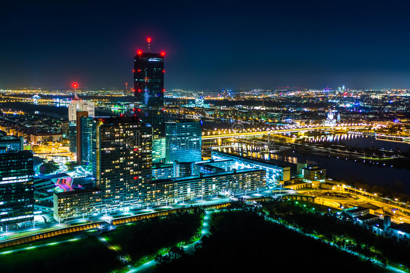 Взгляд города Donau на ноче, от Donauturm, в вене, Aust стоковое фото rf