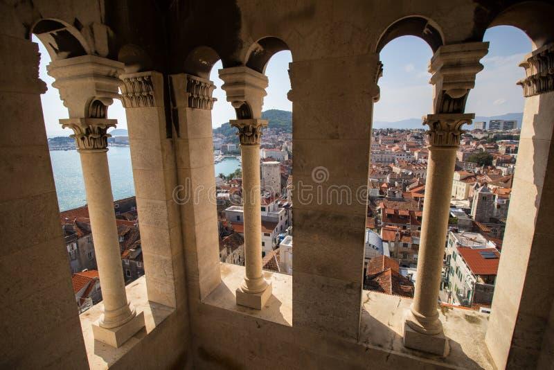 Взгляд городка разделения старого от колокольни стоковая фотография rf
