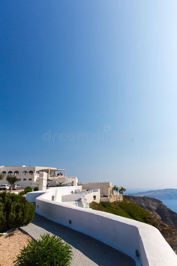 Взгляд городка Fira - острова Santorini, Крита, Греции. Белые конкретные лестницы водя вниз к красивому заливу стоковое изображение rf