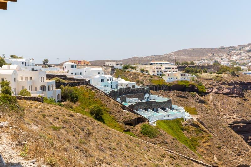 Взгляд городка Fira - острова Santorini, Крита, Греции. Белые конкретные лестницы водя вниз к красивому заливу стоковое изображение