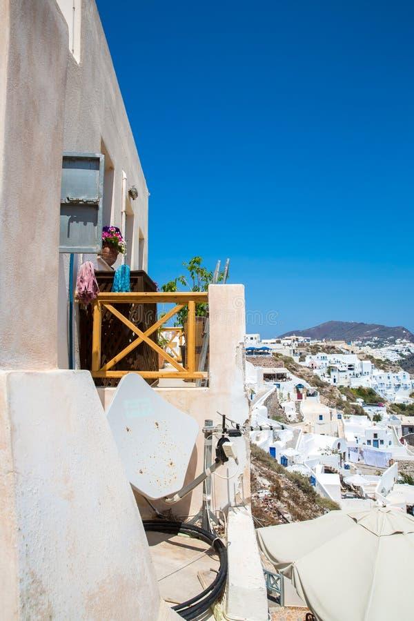 Взгляд городка Fira - острова Santorini, Крита, Греции Белые конкретные лестницы водя вниз к красивому заливу с ясным голубым неб стоковая фотография rf
