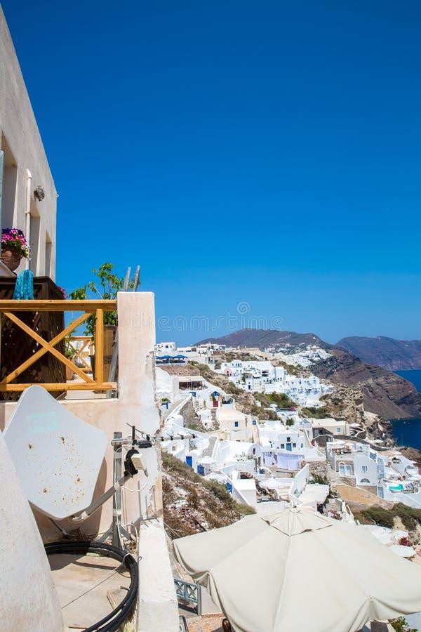 Взгляд городка Fira - острова Santorini, Крита, Греции Белые конкретные лестницы водя вниз к красивому заливу с ясным голубым неб стоковые изображения rf