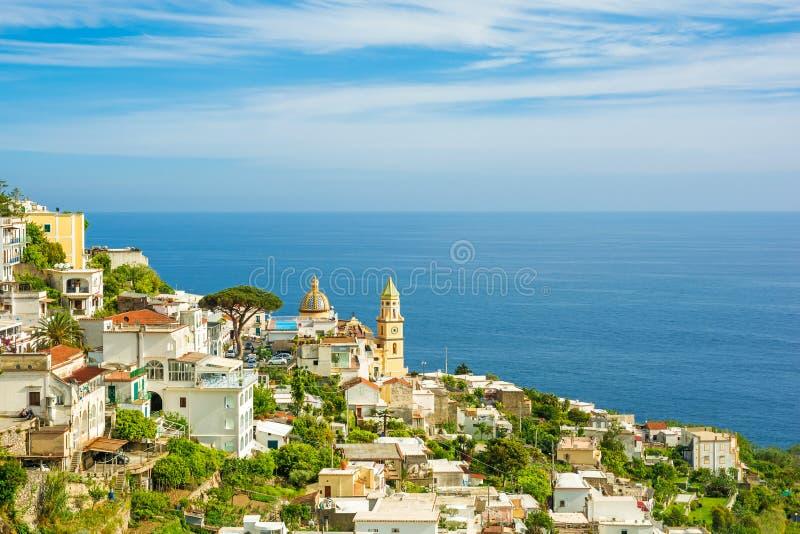 Взгляд городка Praiano в побережье Амальфи, Италии стоковые изображения rf
