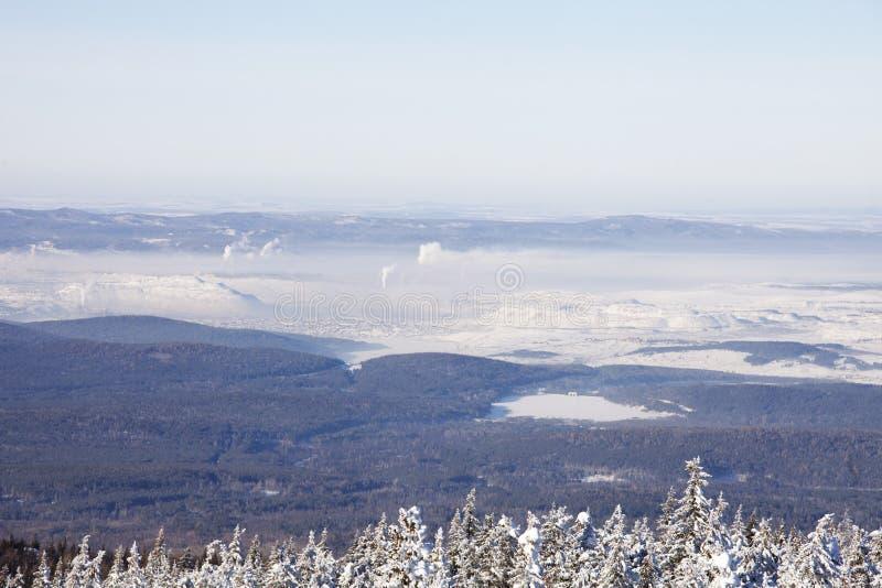 Взгляд городка Satka от гребня Zyuratkul трубы Зима стоковые фотографии rf