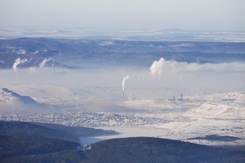Взгляд городка Satka от гребня Zyuratkul трубы Зима стоковая фотография rf