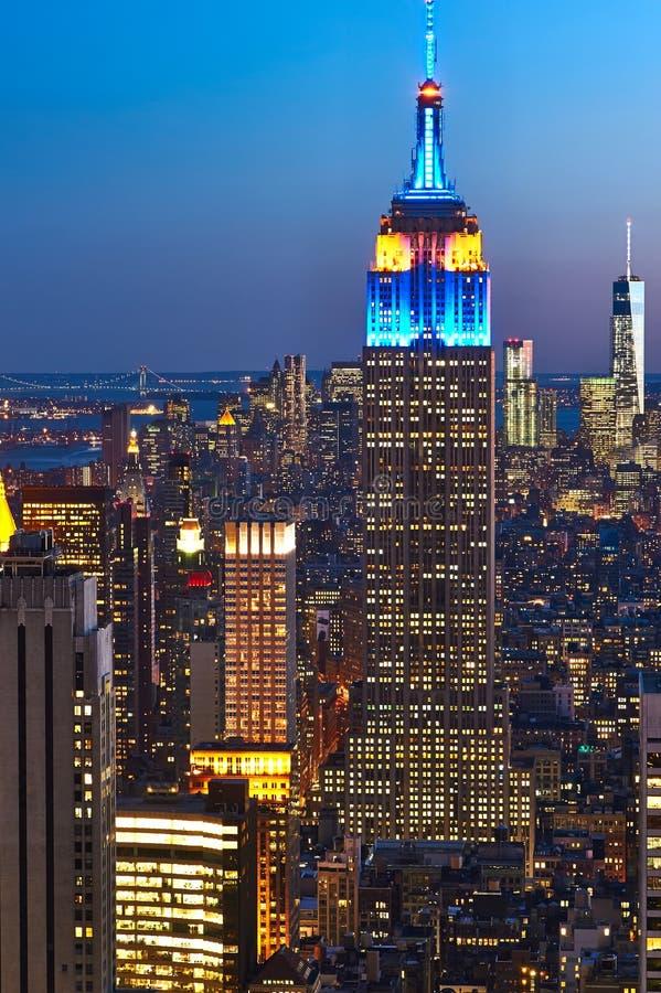 Взгляд городского пейзажа Манхаттана с Эмпайром Стейтом Билдингом на ноче стоковое изображение rf