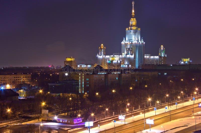 Взгляд городского пейзажа ночи Москвы Взгляд от крыши к главному зданию MSU стоковое фото