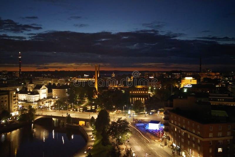 Взгляд городского пейзажа ночи Тампере стоковая фотография rf