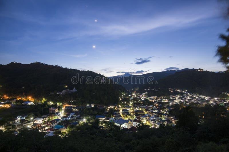 Взгляд городского пейзажа ночи Maesai Chiangrai около tachileik между tha стоковое изображение