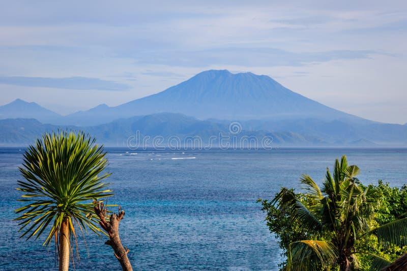 Download Взгляд горы Agung от Nusa Lembongan, Индонезии Стоковое Изображение - изображение насчитывающей attractor, меньшие: 81813215