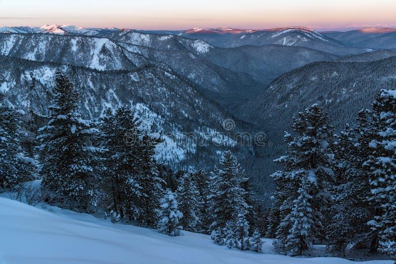 Взгляд горы Khamar-Daban в раннем утре стоковые фото
