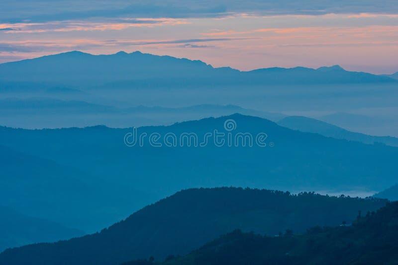 Взгляд гор в лучах раннего утра света, в Гималаях, национальный парк Langtang, Непал стоковая фотография