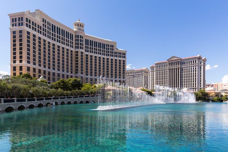 Взгляд гостиниц Bellagio и дворца Caesars и casinowith fountain' выставка s, ЛАС-ВЕГАС, США стоковое фото