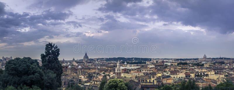 Взгляд голубого часа панорамный над историческим центром Рима, Италии стоковая фотография rf