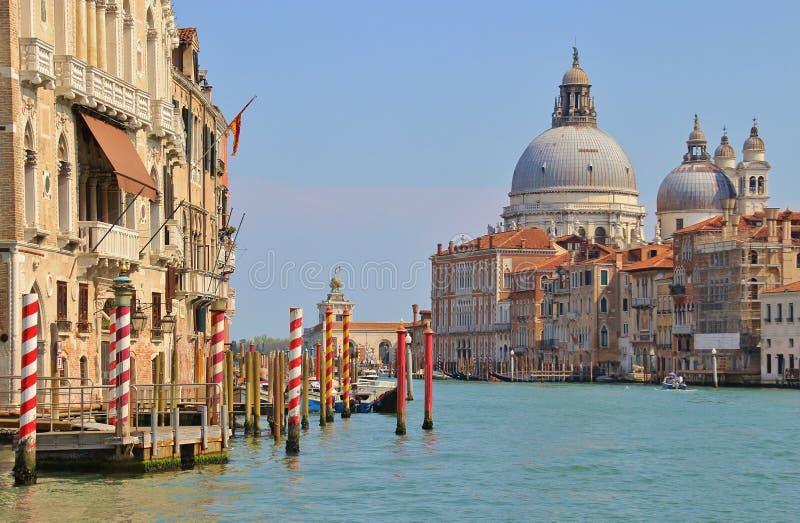 Взгляд грандиозного канала и барочное della Santa Maria церков салютуют, Венеция, Италия стоковая фотография