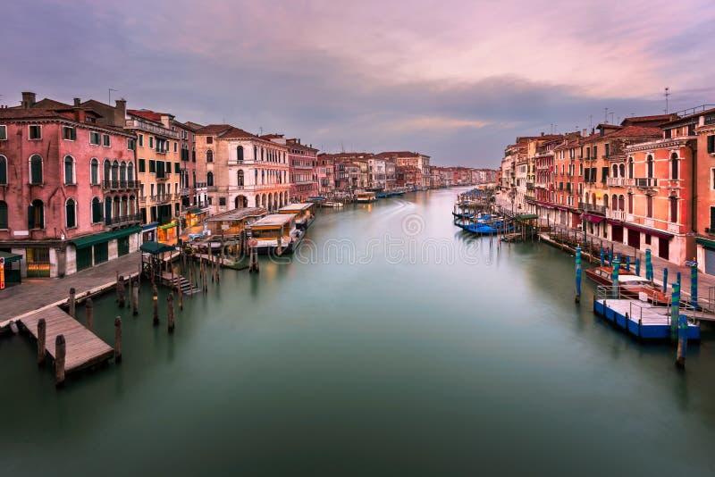 Взгляд грандиозного канала и горизонта Венеции от моста Rialto внутри стоковое фото rf