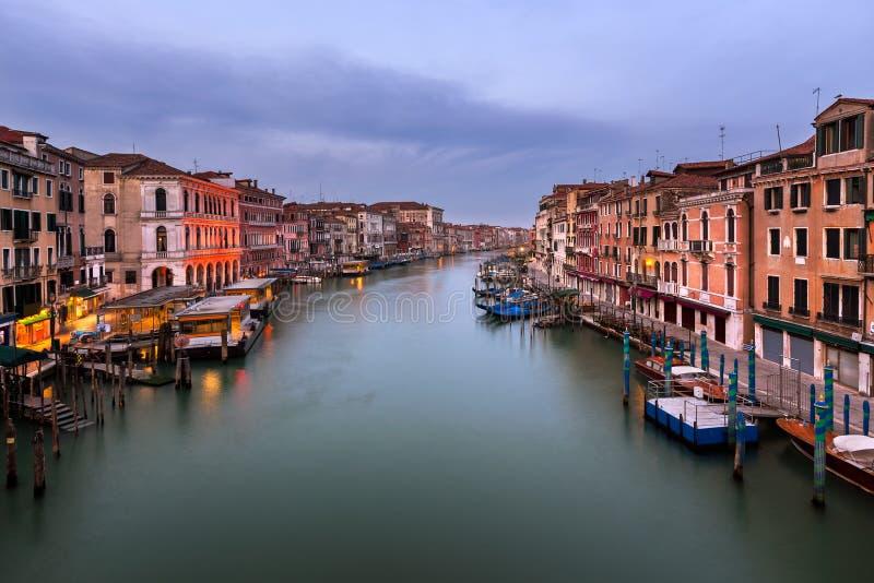 Взгляд грандиозного канала и горизонта Венеции от моста Rialto внутри стоковые фотографии rf