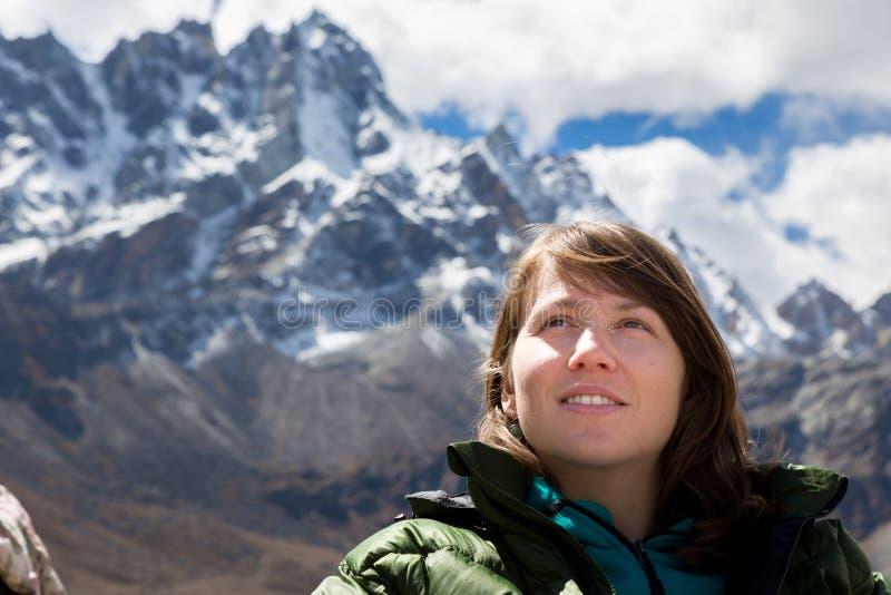 Взгляд гребня гор снега молодой женщины туристский смотря, портрет стоковое фото