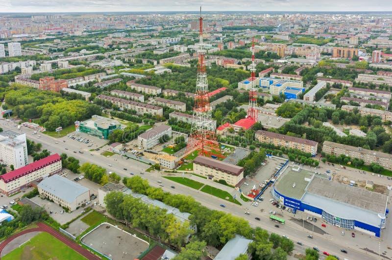 Взгляд глаза птицы на городе Tyumen и 2 башнях ТВ стоковая фотография rf