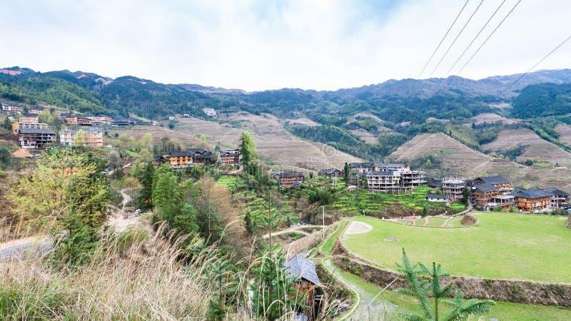 взгляд деревни и точка зрения золотой Будда выступают стоковая фотография rf