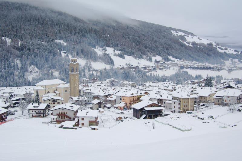 Взгляд деревни Padola в зиме доломиты итальянские стоковое фото rf