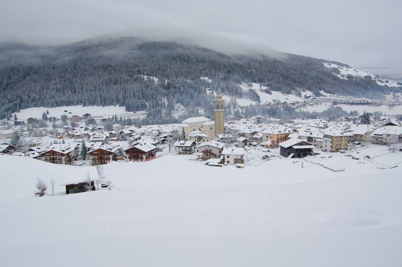 Взгляд деревни Padola в зиме доломиты итальянские стоковые фотографии rf
