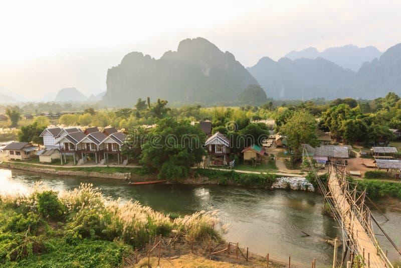 Взгляд деревянного моста над песней реки, vieng Vang, Лаосом. стоковое изображение rf