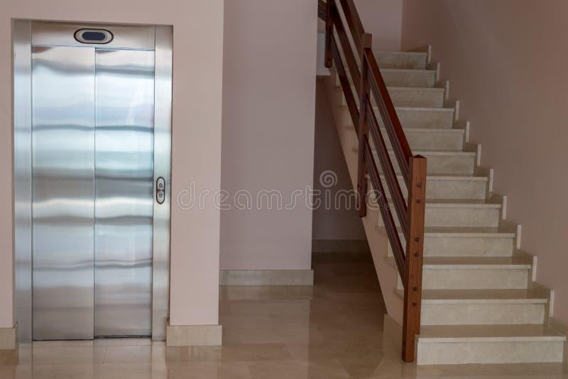 Взгляд лестницы с лифтом в многоквартирном доме стоковое изображение