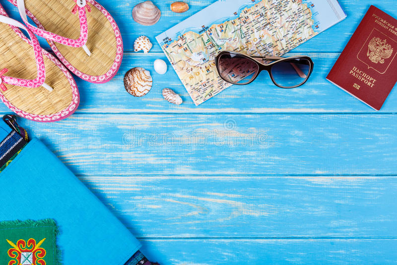 Взгляд деталей перемещения лежа на голубой деревянной предпосылке стоковые изображения rf