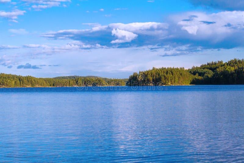 Взгляд лета озера с отражением облаков на воде, Финляндии стоковое изображение