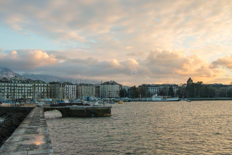 Взгляд Женевы, портового района Швейцарии от des Eaux- Jetée стоковое изображение rf