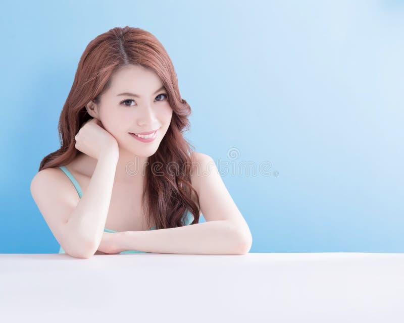 Взгляд женщины красоты вы счастливо стоковая фотография