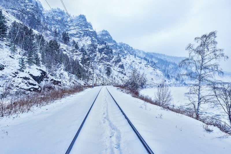 Взгляд железной дороги Circum-Байкала на времени зимнего дня стоковое изображение