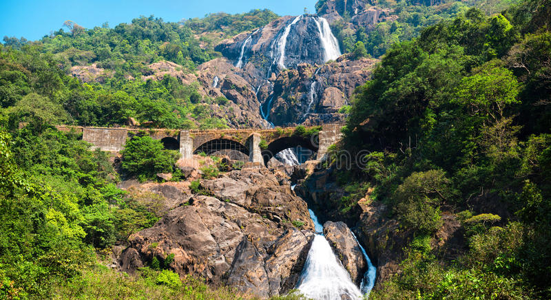 Взгляд железнодорожного моста в горах через водопад, Индия, Goa стоковое фото rf