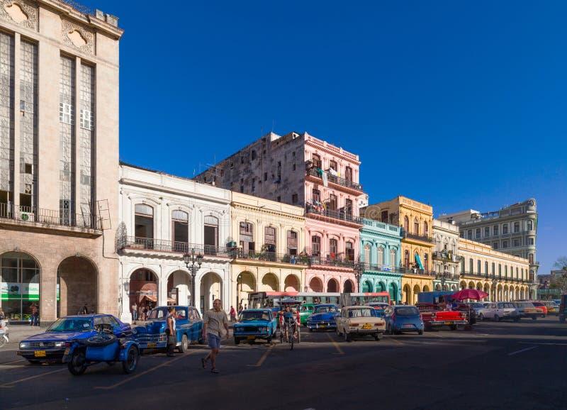 Взгляд жизни улицы на mainstreet в Гаване Кубе с классическими автомобилями стоковые фотографии rf