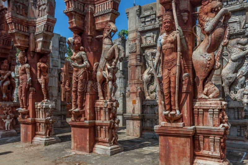 Взгляд загубленных скульптур старого приветствия женщины, льва реветь и лошади на множественных штендерах, Ченнаи, Tamilnadu, Инд стоковое изображение rf