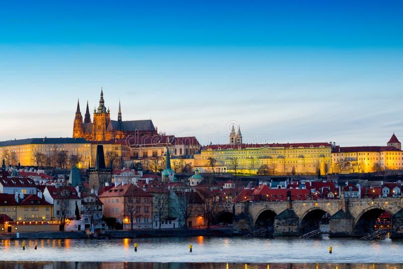 Взгляд замка Праги (чеха: Hrad Prazsky) и Карлов мост (чех: Karluv больше всего), Прага, чехия стоковое фото